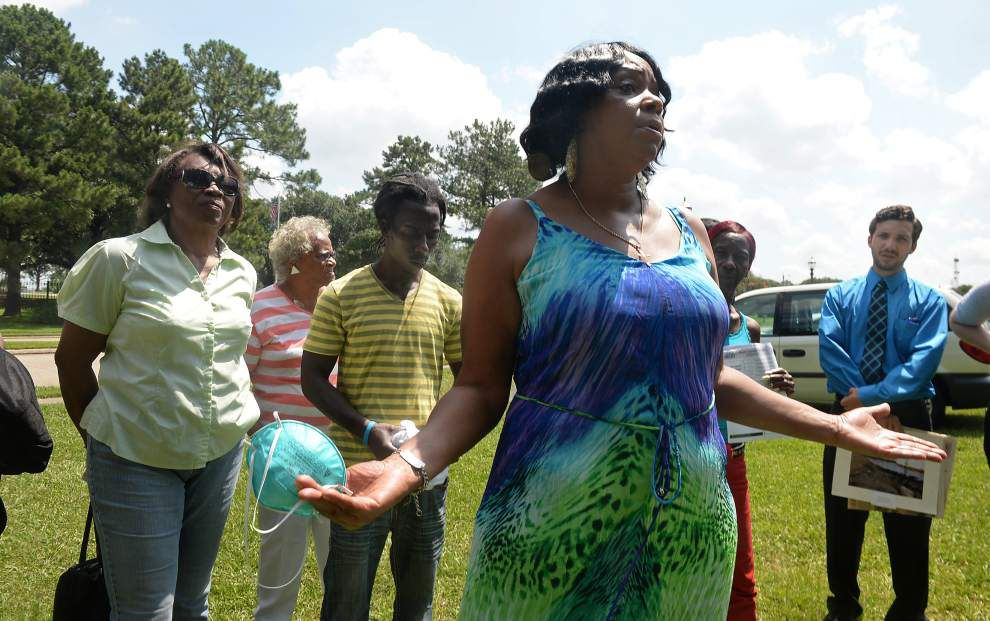 St. Rose residents demand answers about source of bad smell in community _lowres