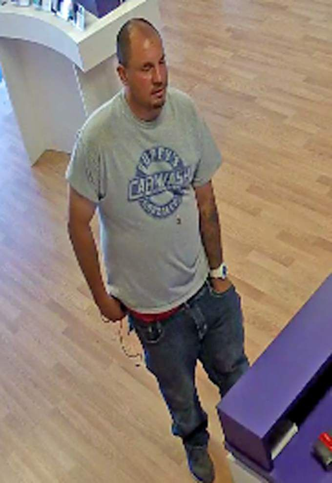 Deputies searching for gunman who robbed MetroPCS store on Coursey Boulevard _lowres