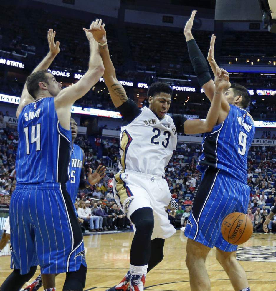 Pelicans' Anthony Davis drawing a crowd of defenders _lowres