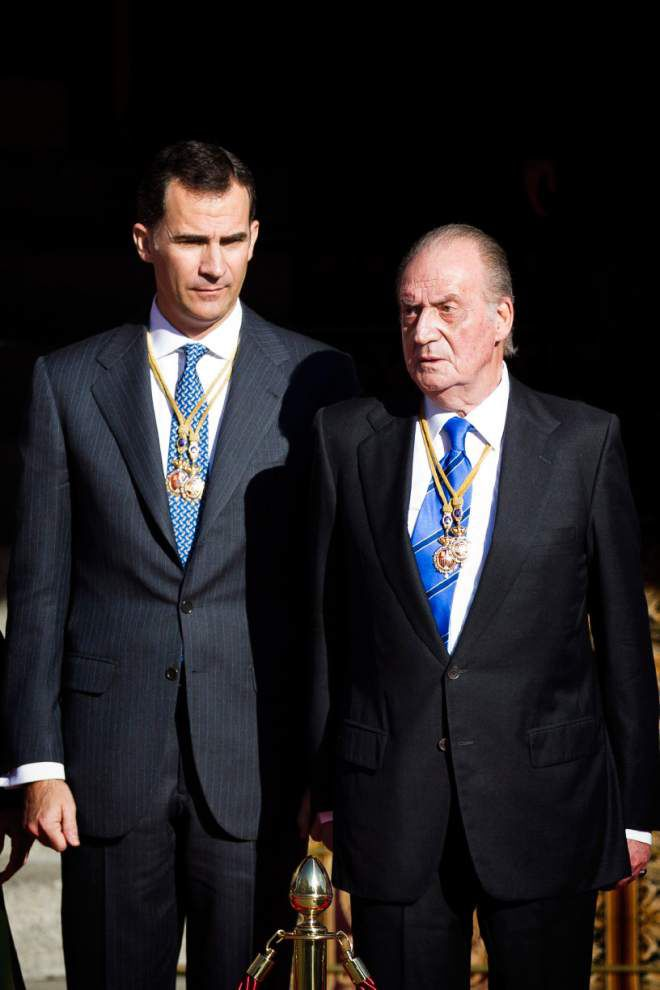 Spain's king abdicates for his 'new generation' son _lowres