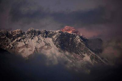 12 killed, 3 missing in avalanche on Everest _lowres