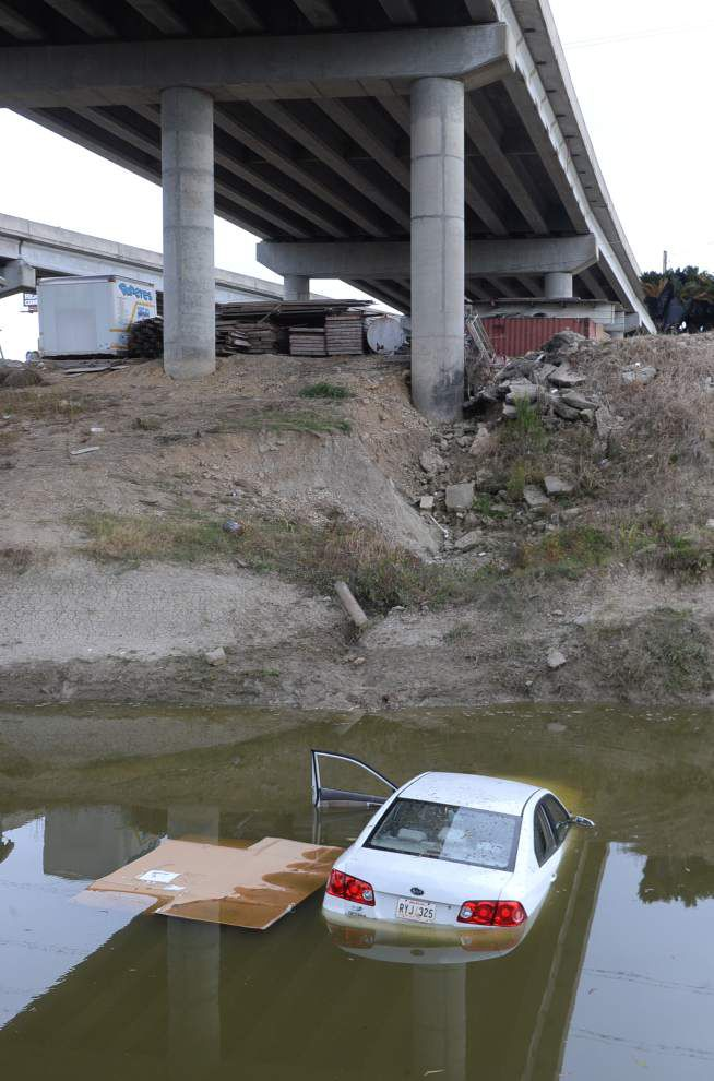 Video: Vehicle plunges into Ward's Creek _lowres