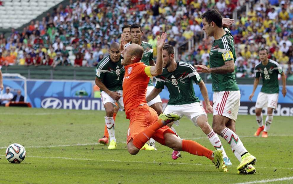 Dutch surge in final minutes to stun Mexico _lowres