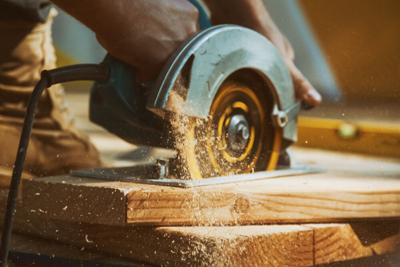 Close-up,Of,A,Carpenter,Using,A,Circular,Saw,To,Cut
