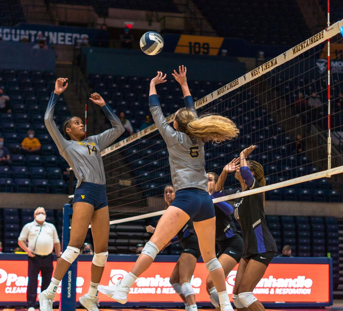 Wvu Volleyball Drops Home Opener In Five Sets Against Ksu Volleyball Thedaonline Com