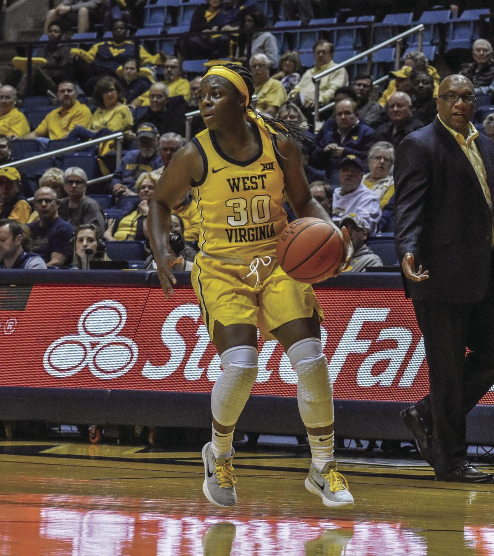 WVU basketball Maisen Smith dribbles ball
