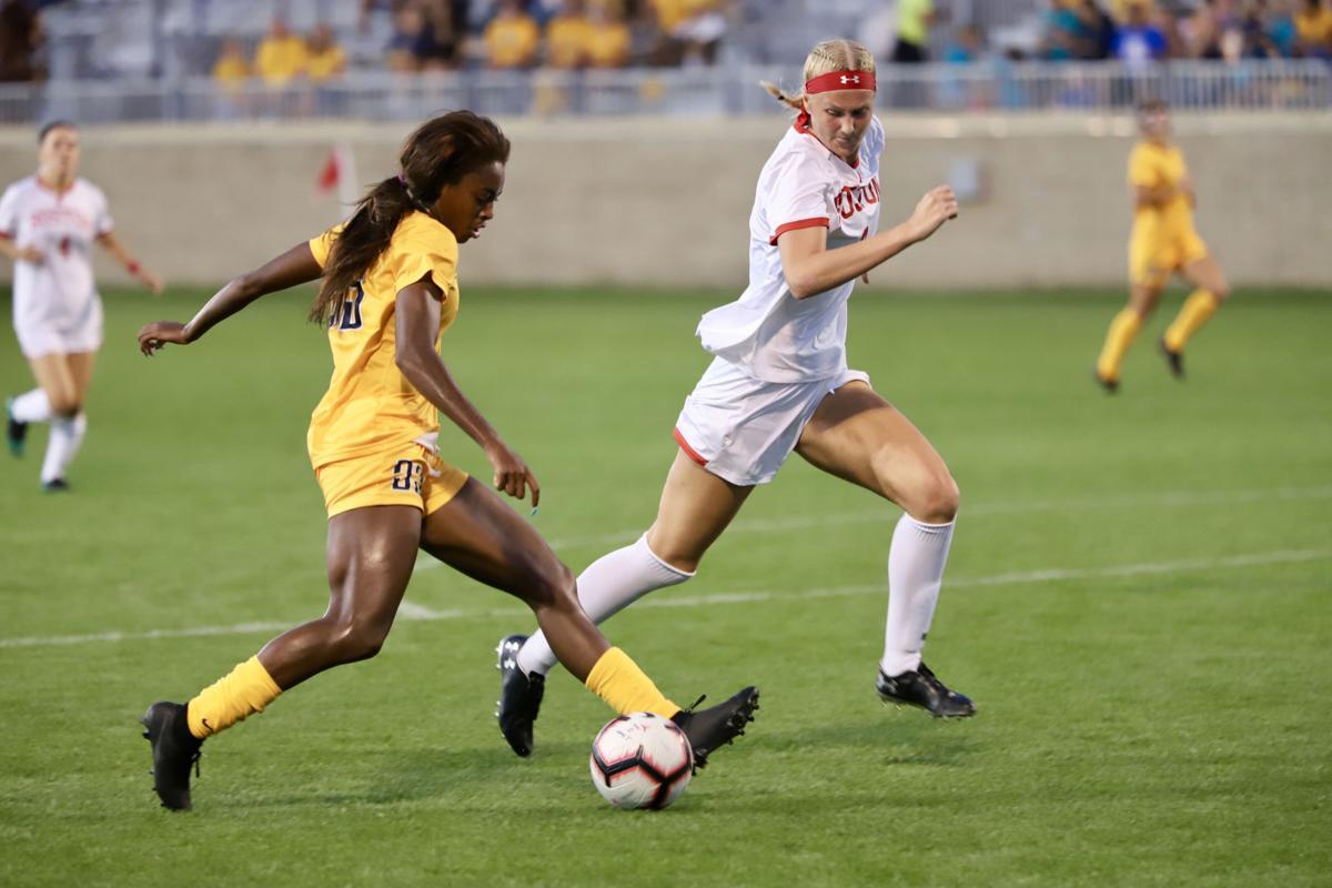 Sh'nia Gordan running down the field