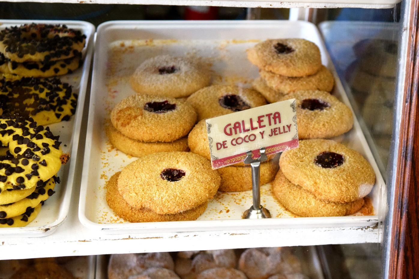 El Gallo Bakery Galletas Coco y Jelly.jpg