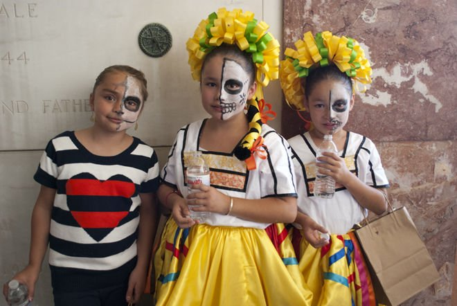 Students learn about love, death & Dia de los Muertos at an East L.A. cemetery