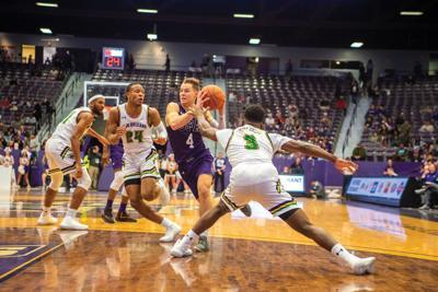 SFA basketball teams to play Islanders