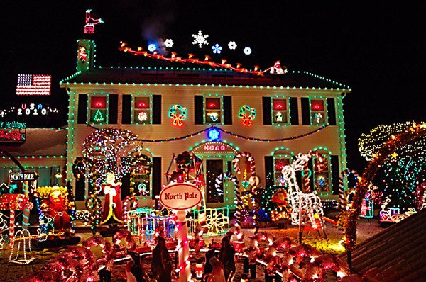 Strongsville Christmas Light Display 2020 Neighbor suing over Crown Point Parkway Christmas event