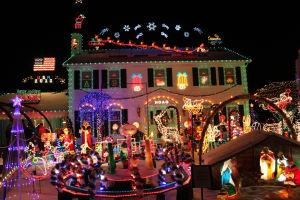 Crown Point Parkway Lights Up For Christmas Strongsville