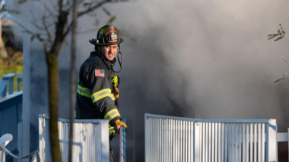 [Photos] Houseboat fire