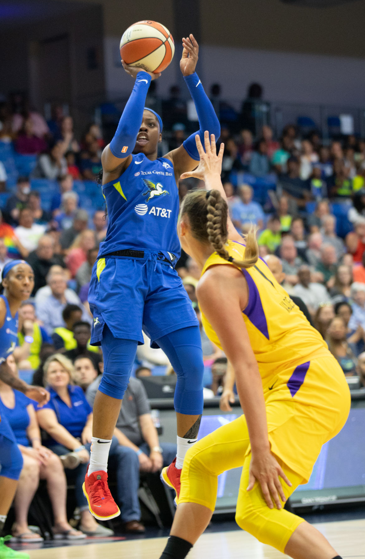 Rookie lights up court as shorthanded Dallas Wings top Los Angeles Sparks