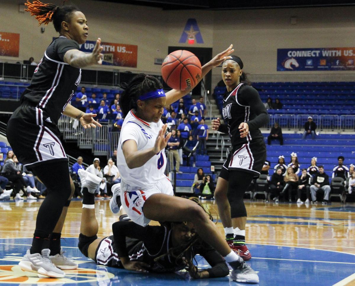 Lady Mavericks defeat Trojans, ascend to semifinals
