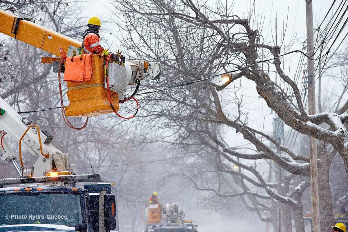 Over 100,000 without power in Quebec from wind and ice