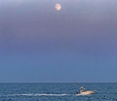 091219 WES Fishing boat and moonrise 72.JPG