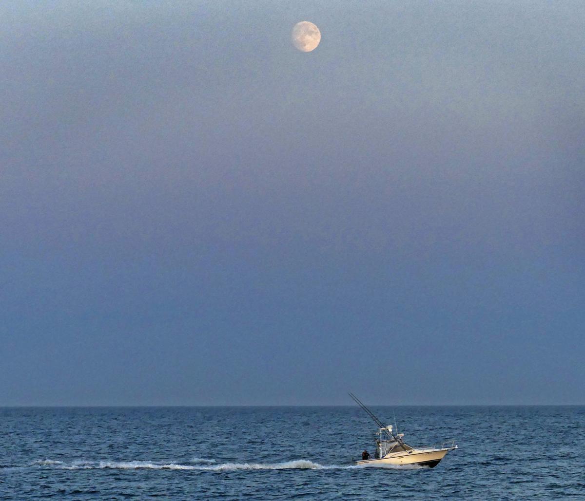 091219 WES Fishing boat and moonrise 69.JPG