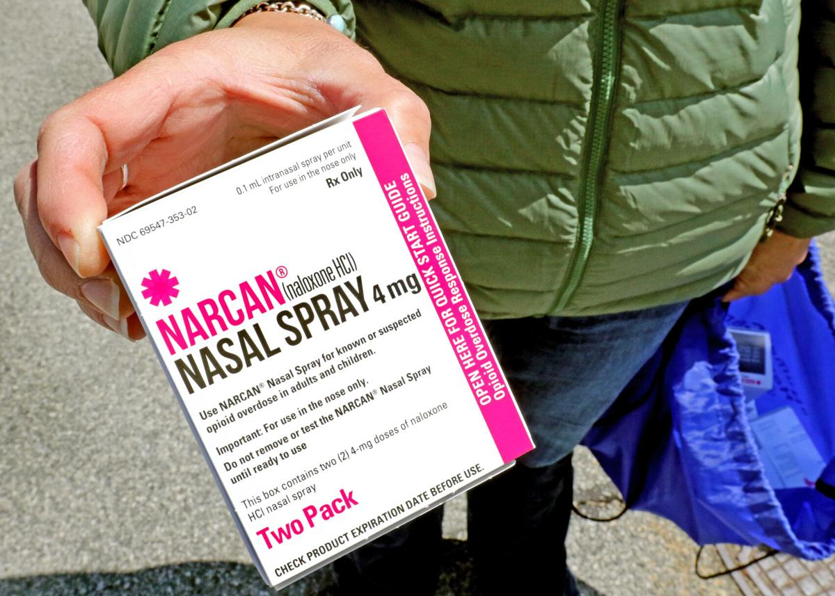 042521 WES Hope Recovery Narcan outreach hh 42438.JPG