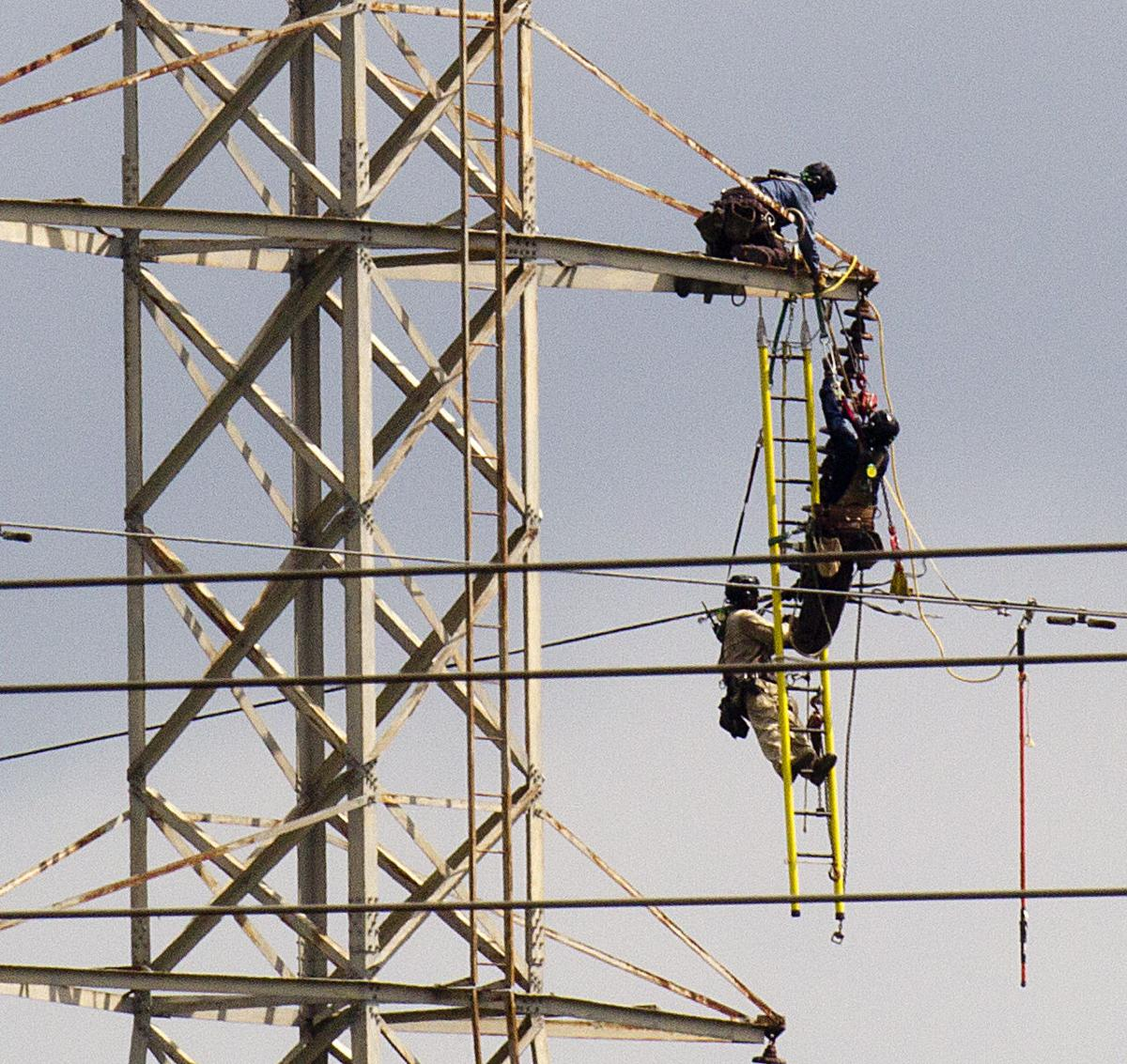 TVA transmission line work causes outage, workers ...