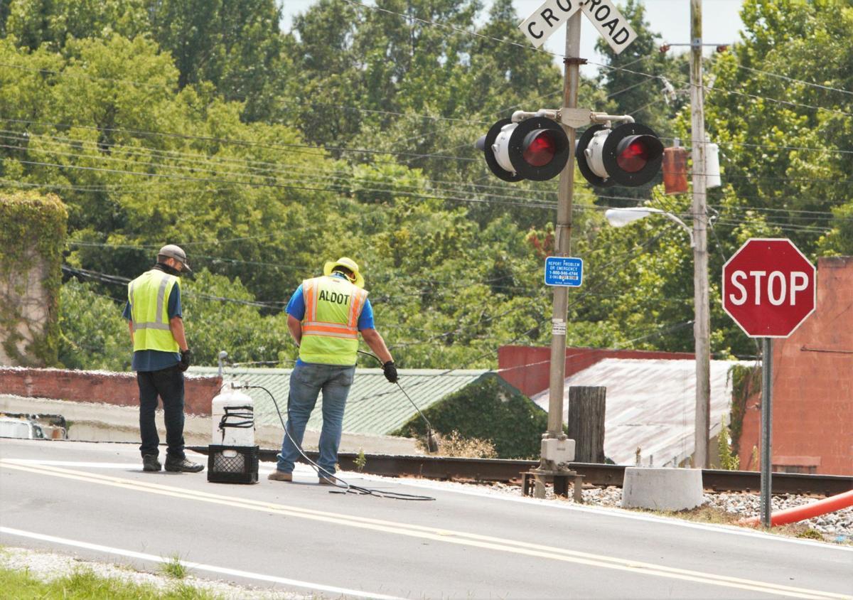 Leighton railroad crossing 04.jpg