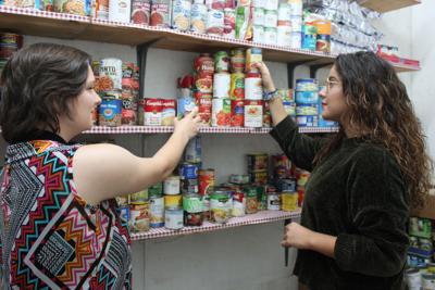 Student volunteers help homeless shelter