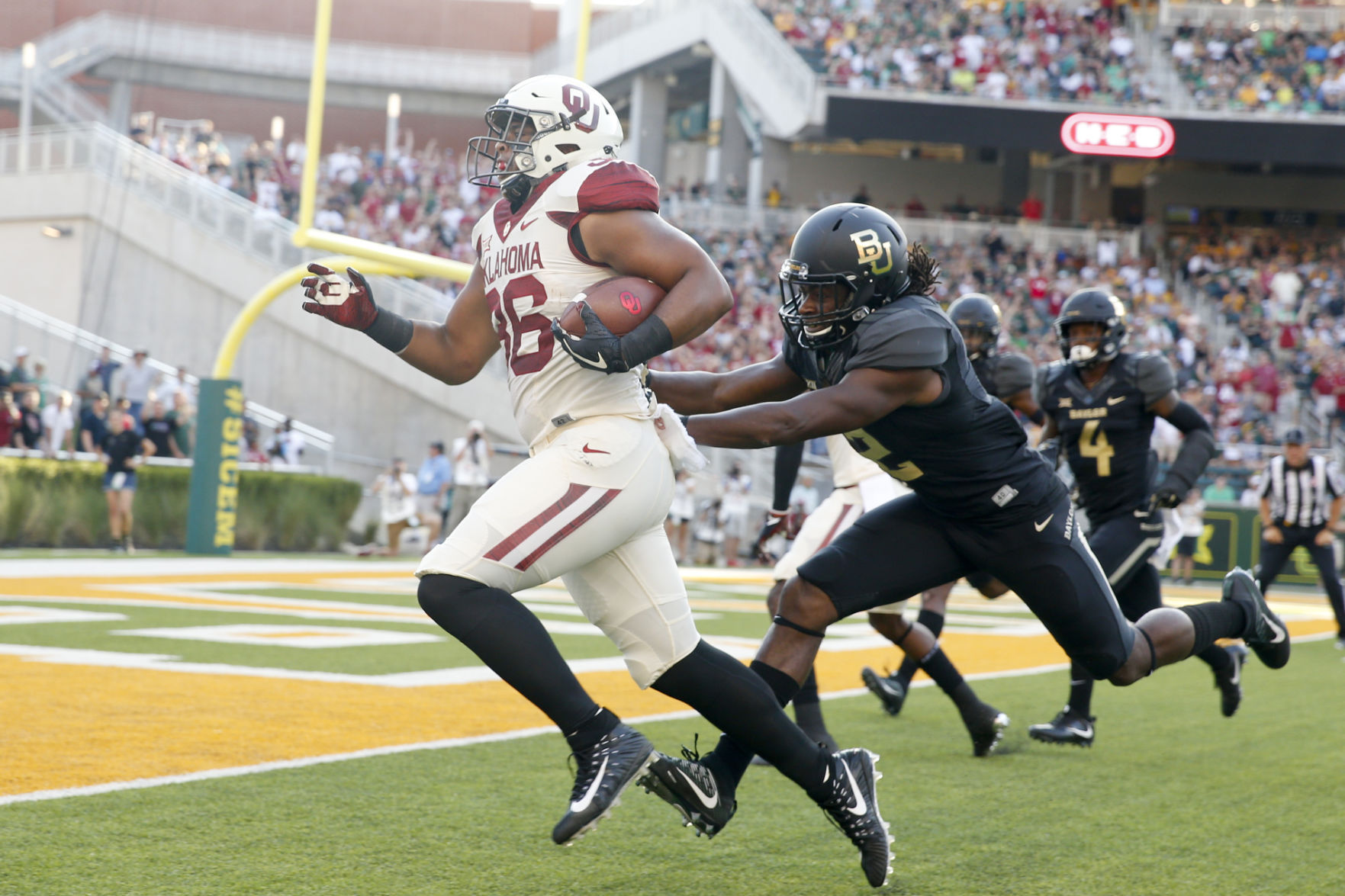Oklahoma hit by Iowa State in NCAA football upset