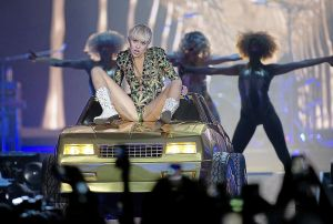 review miley cyrus takes tulsa fans on wild ride tulsa world music. Black Bedroom Furniture Sets. Home Design Ideas
