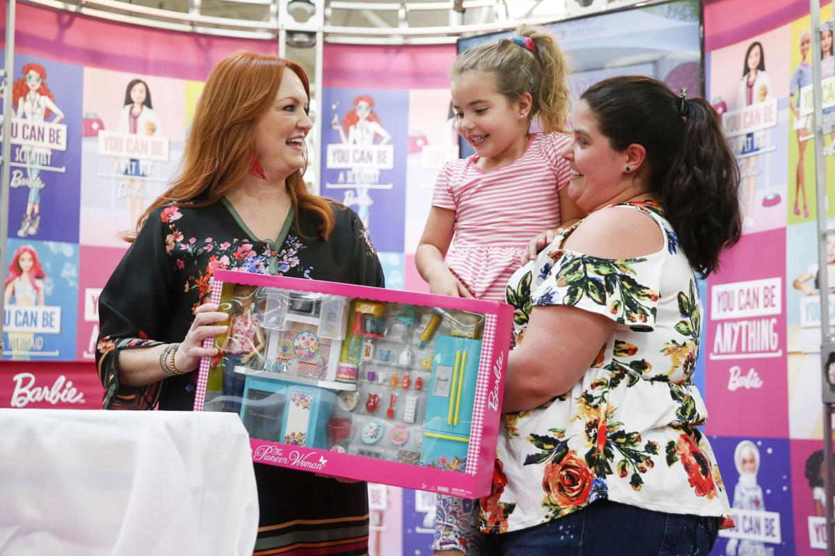 Pioneer Woman Ree Drummond Greets Fans At Area Walmart Stores