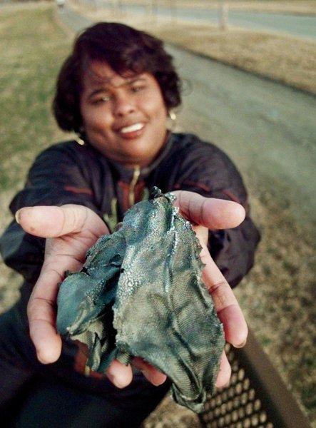 في هذه الصورة من عام 1997 ، تحمل لوتي ويليامز قطعة من الألياف الزجاجية والألمنيوم أصابت كتفها أثناء سيرها في حديقة تولسا. يُعتقد أن الجسم من صاروخ دلتا 2 الذي سقط على الأرض