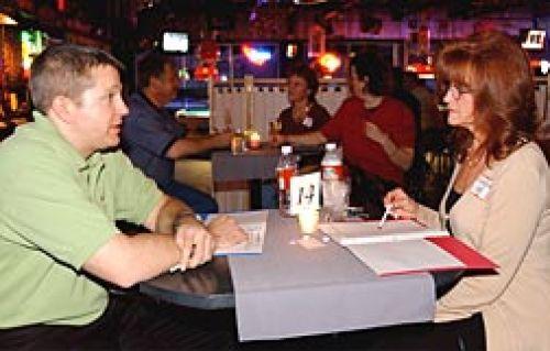 Online dating relies on quick decisions: Singles veeg naar rechts of links, yes or.