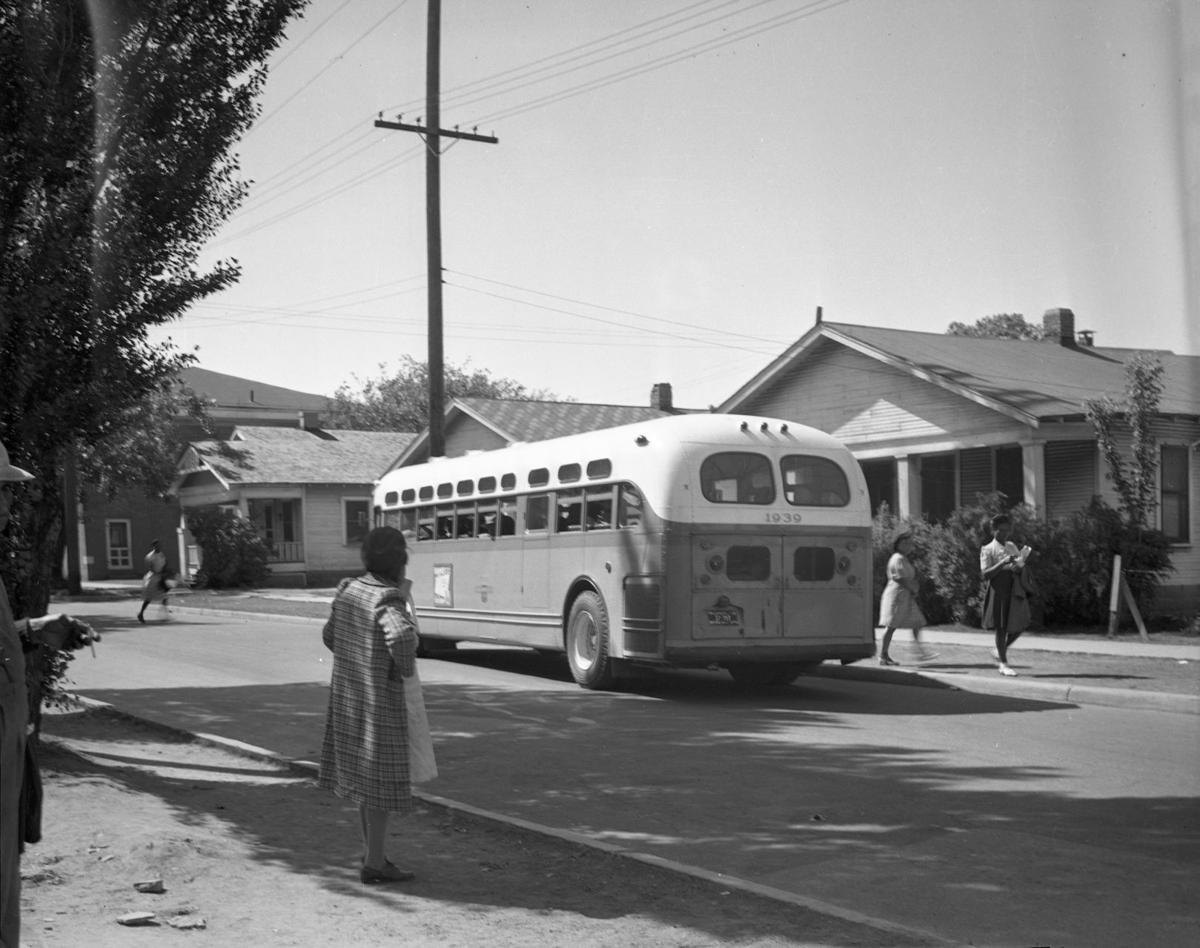 B8433 bus