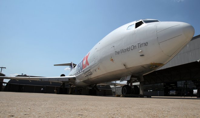 fedex express gives boeing 727 to tulsas spartan college of aeronautics