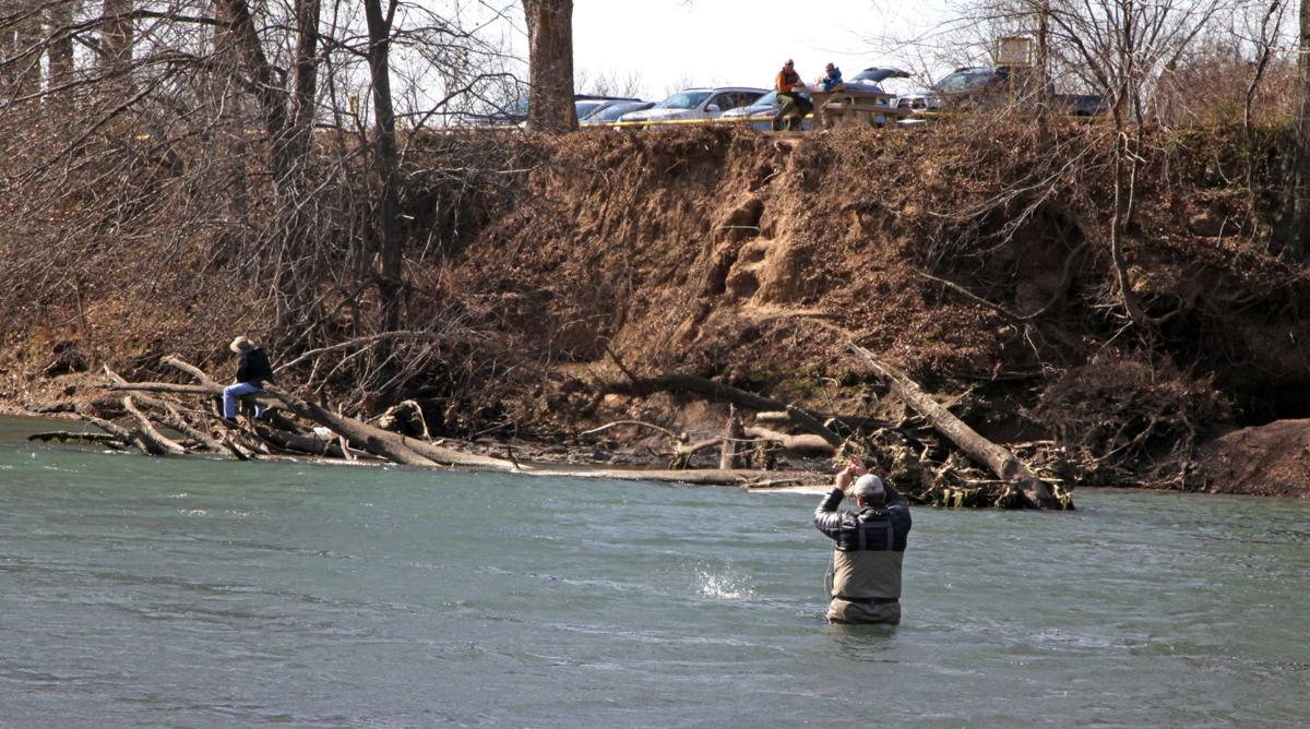 Lower illinois river still subject to ebb flow of for Illinois river fishing report
