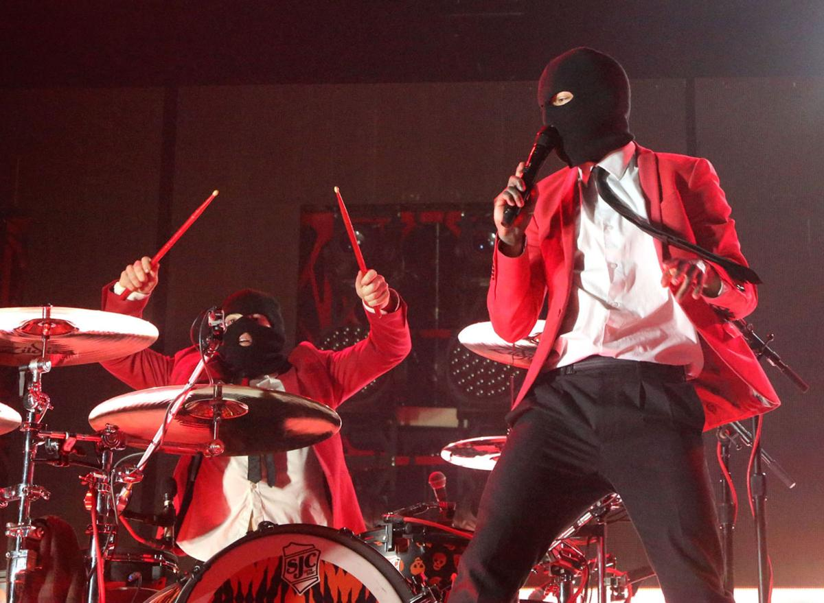 Review Twenty One Pilots Performs Frenzied Show At The Bok Center