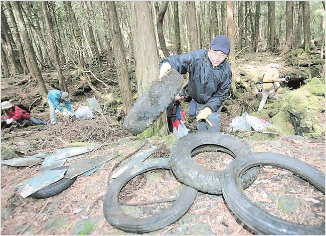 Japan: Mount Fuji: mountain of garbage