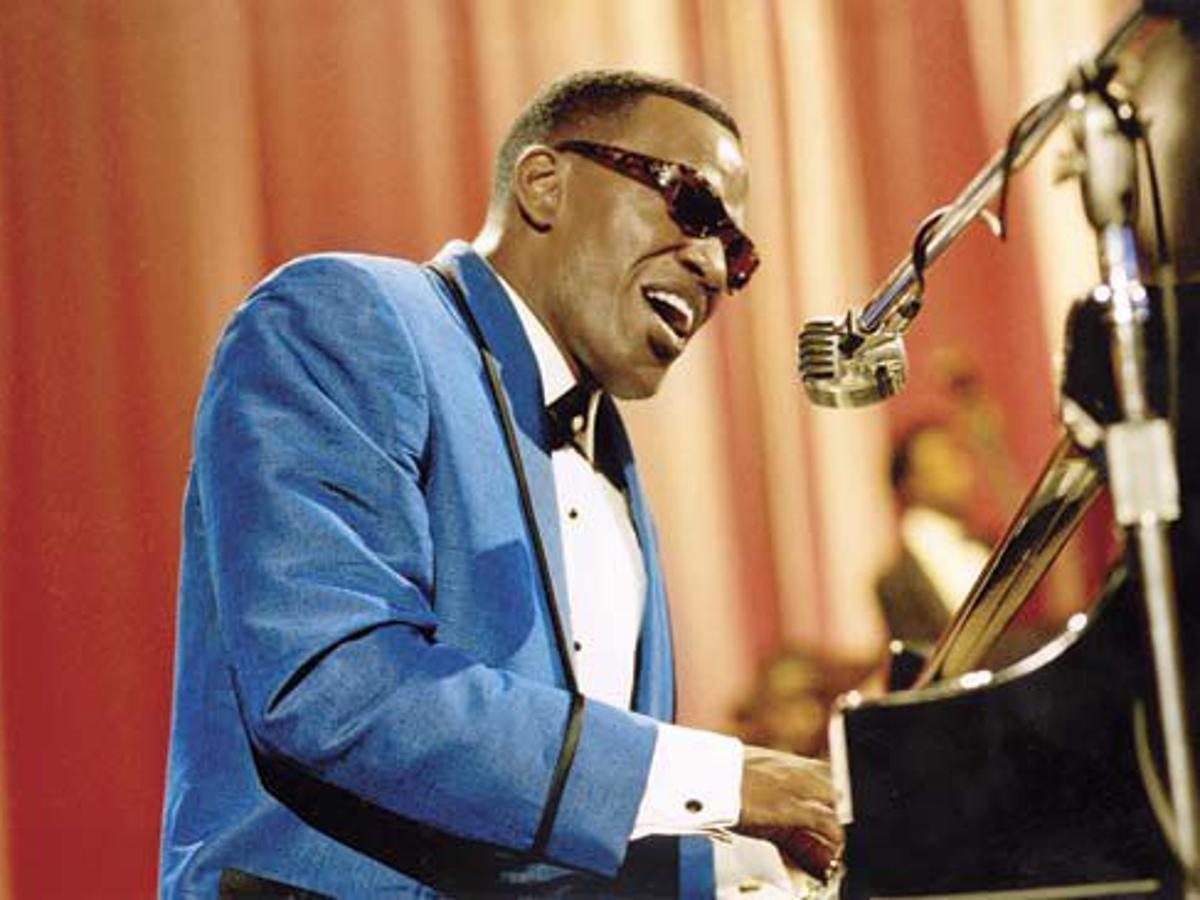 Jamie Foxx wins an Oscar for playing Ray Charles | News | tylerpaper.com