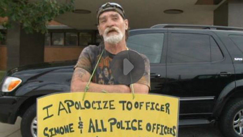 Ohio man who threatened police holds 'idiot' sign