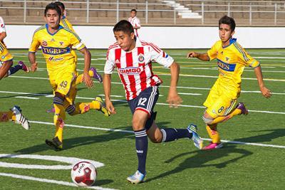 Tigres stop Chivas