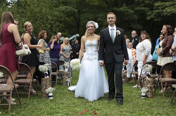 Ind. woman who donated kidney weds organ recipient