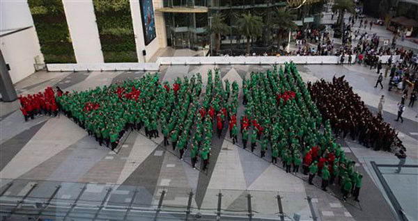 852 Thai children set human Christmas tree record