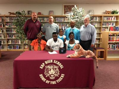 Arp's Bowie signs with Tabor