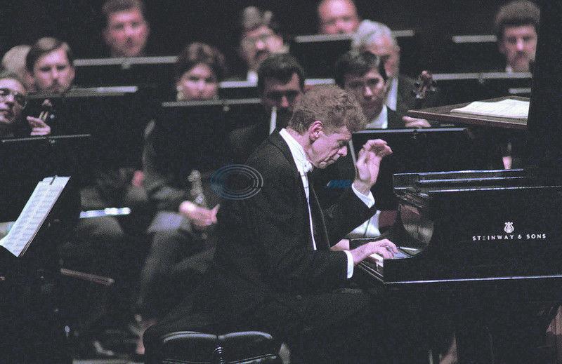 Famed pianist Cliburn dies after battle with cancer