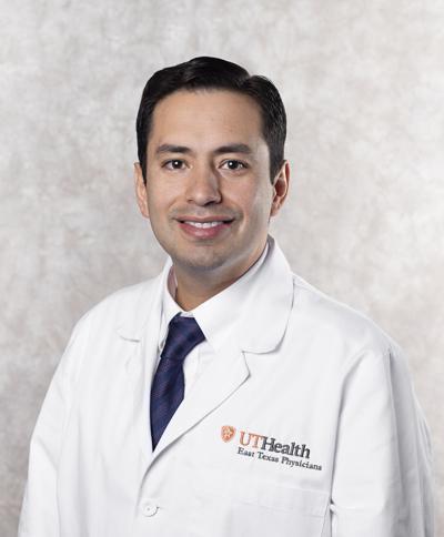 UT Health East Texas expande servicios de medicina con doctor hispano