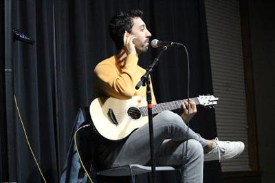 Musical comedian brings smiles to UCA