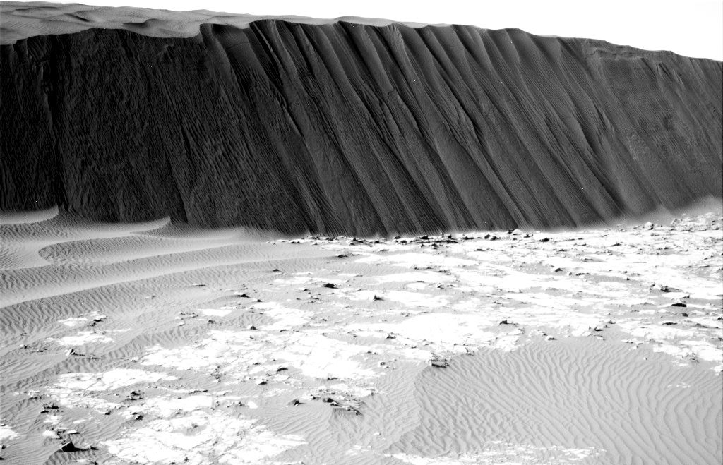 Mars rover examines dunes on the march