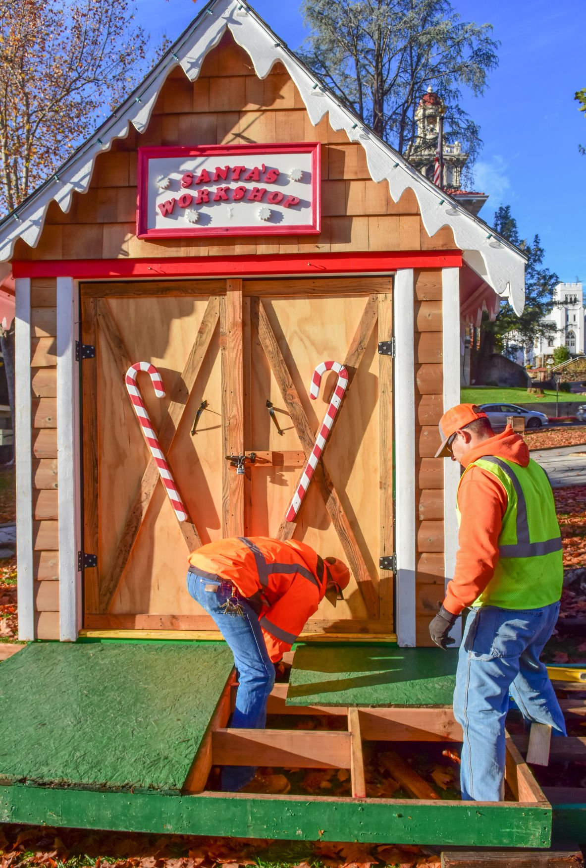 Santa's Hut goes up in Courthouse Square