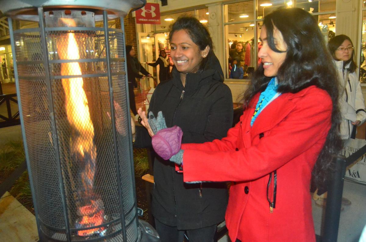 Shoppers Descend On Merrimack S Outlets In Search Of Black Friday Deals Business Unionleader Com