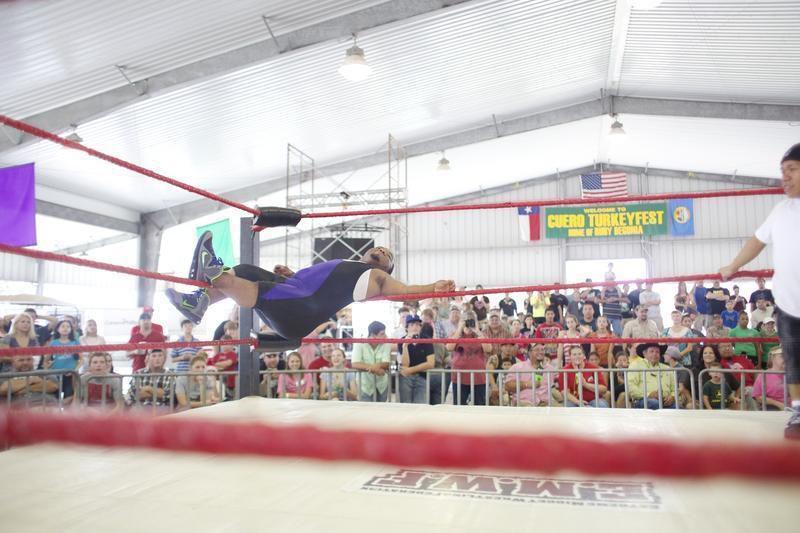 'Extreme' midgets wrestle at Turkeyfest (video)   Entertainment    victoriaadvocate.com