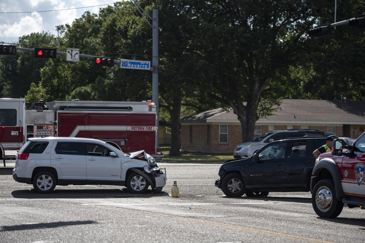 2 injured in 3-vehicle wreck at North Navarro and East